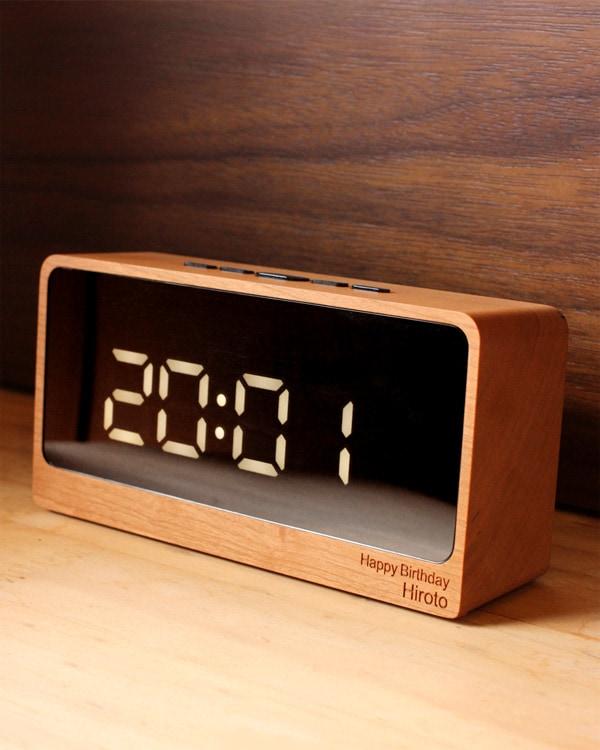 誕生日のお祝いに、名入れをしたLEDの木製デジタル時計