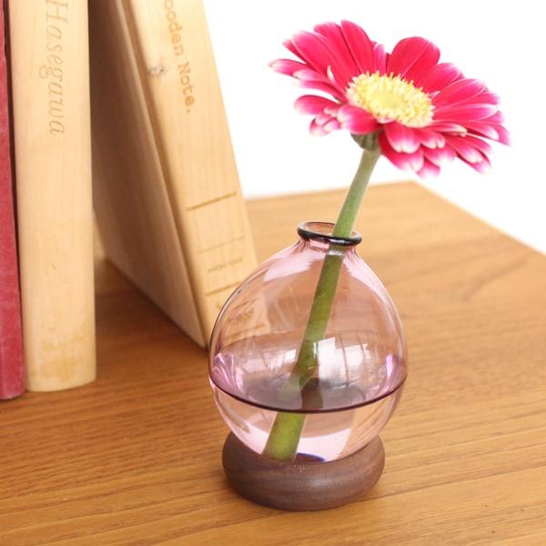 花器は極限まで仕上げたガラスでできています。