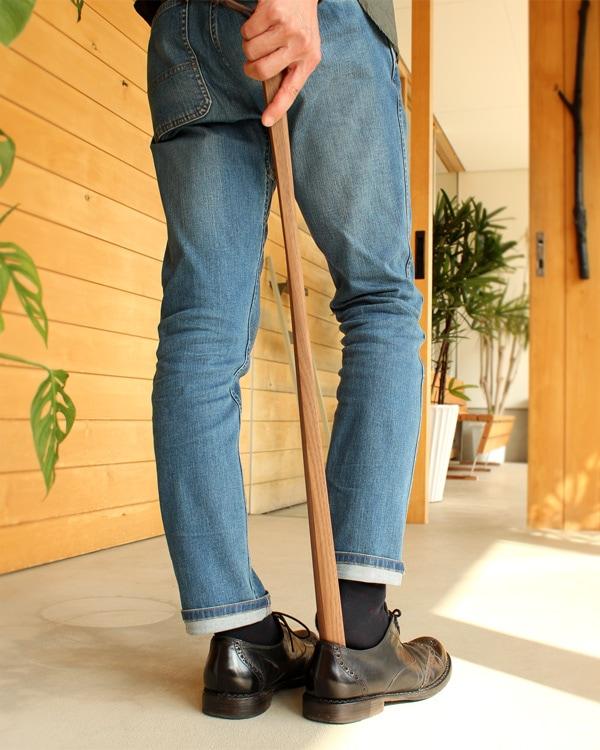 無垢材から削りだしたおしゃれな木製靴べら「Shoehorn」