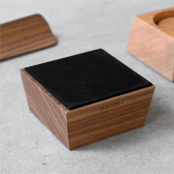 木製靴べらスタンドの底面には滑り止めシートが貼り付けられています。