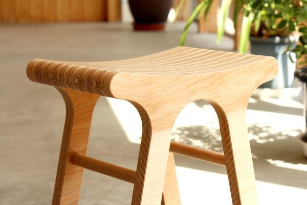 北欧風のデザイン、木製なのにスタイリッシュ、おしゃれなスツールです。