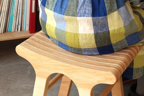 北海道産カバ材のプライウッドを使い、スツールを象徴的に表現しています。