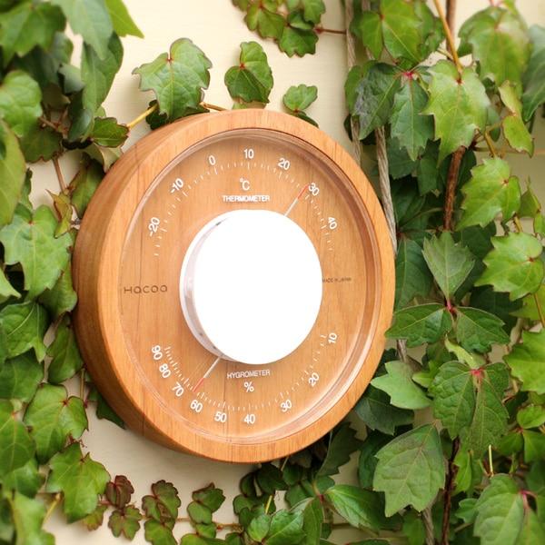 木製温湿度計を壁面に飾っておしゃれなコーディネートを