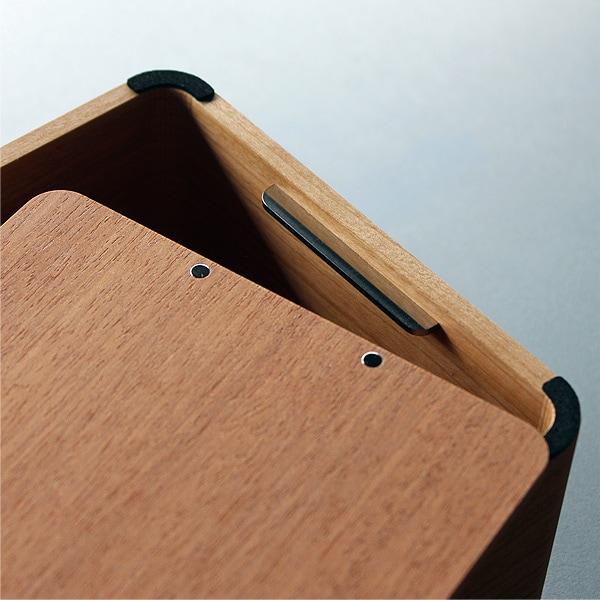 裏には滑り止めのスポンジがついています。裏ブタはマグネットでとまっているので、ティッシュ箱を交換する際も簡単に交換する事ができます。