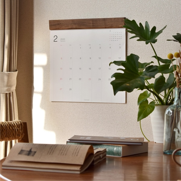お部屋や会社のインテリアとして木部が映えるシンプルなデザインの壁掛けカレンダー