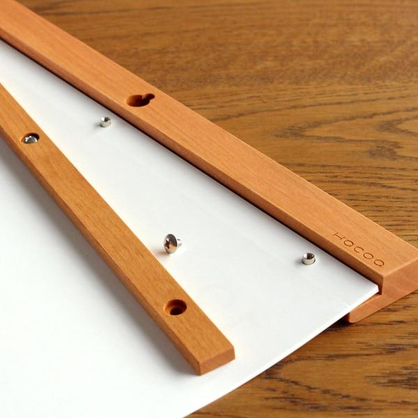 リフィルを交換することで毎年使用可能な木製壁掛けカレンダー
