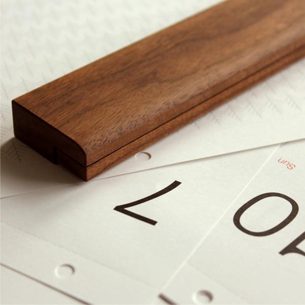 天然木の風合いがおしゃれな木製壁掛けカレンダー