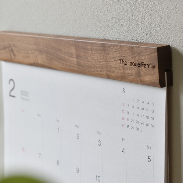 名入れ刻印ができる木製壁掛けカレンダー