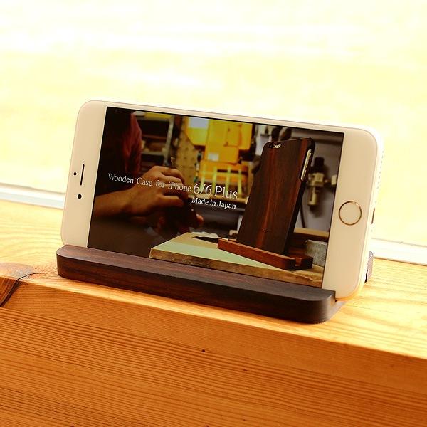 iPhoneで動画等を見るときは、スタンドに立てておくと便利です。(写真:ローズウッド)