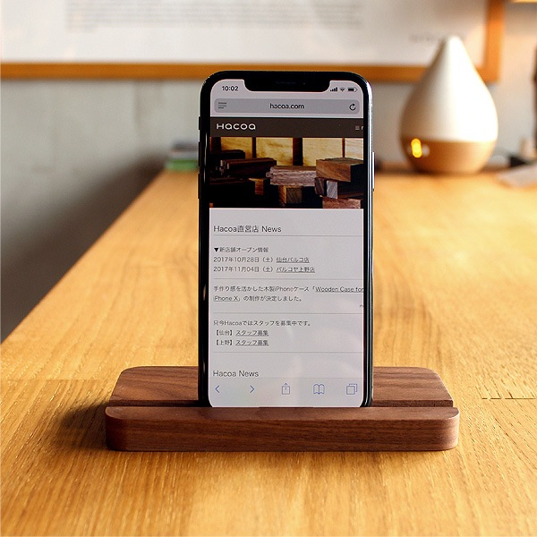 ウォールナットのスタンドにiPhone Xを使用。