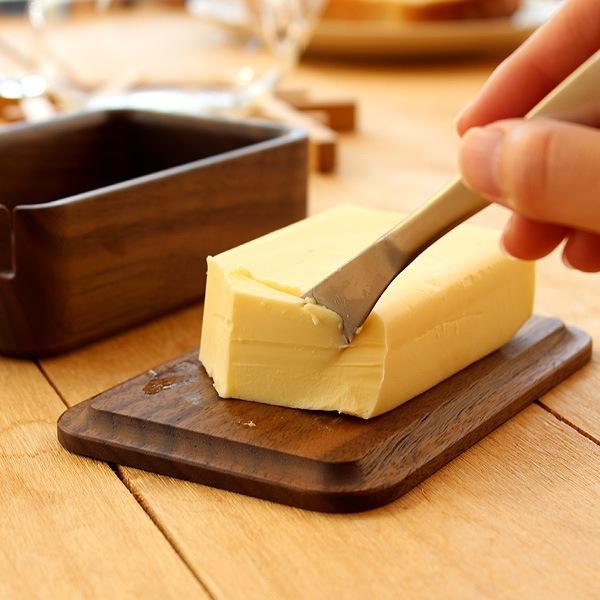 フタの裏でバターをカットできる木製バターケース