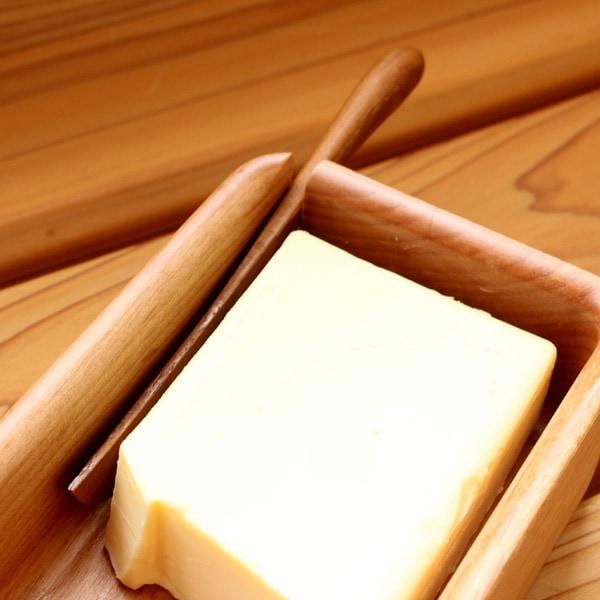 ゆとりのあるサイズでバターナイフも収まる木製バターケース