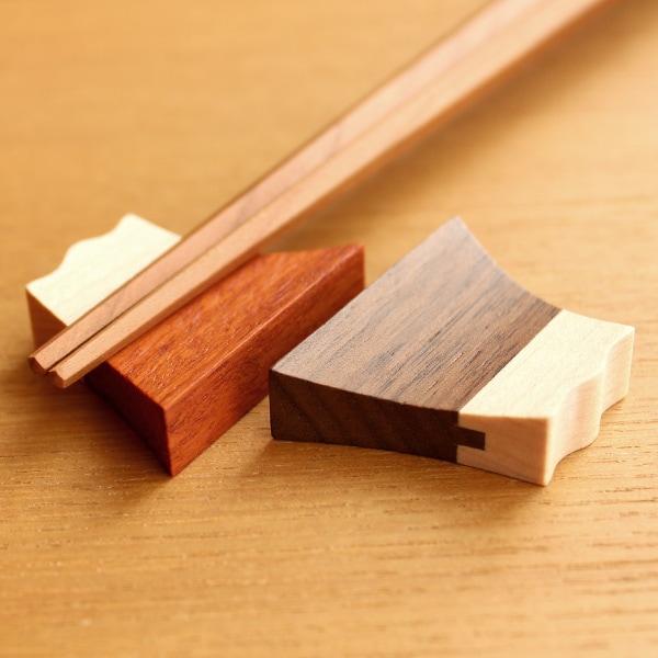 世界遺産の富士山に見立てた木製の箸置き