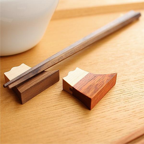 材の接合部分には、木材特有の反りを防ぐために契り加工が施されています