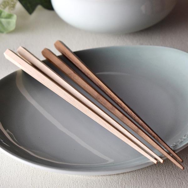 銘木のあたたかな風合いは陶器や磁器などの素材とも相性が良く、食卓にもよく馴染みます。