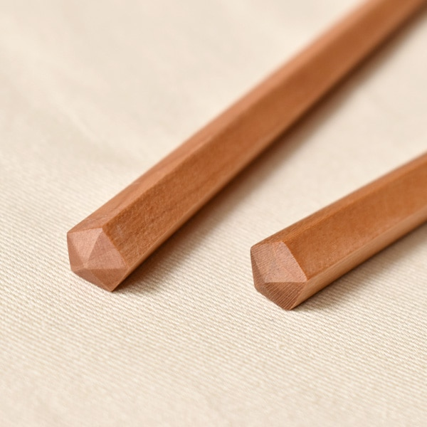 五角形は手に馴染み、転がりを防止してくれます。塗装はウレタン塗装を施しており、中性洗剤などで洗ってお使いいただけます。