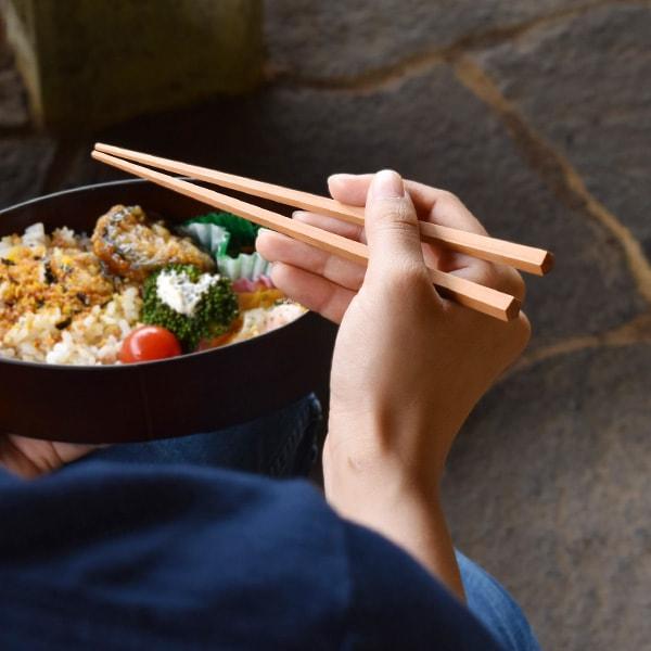 親しみやすい木の風合いと握りやすさは、お弁当の箸にもお勧めです。