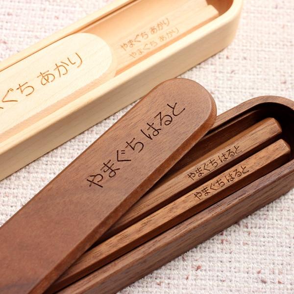 持ち物にラベルやプリントで名前を付けるのとは違い、剥がれ落ちることのないレーザー彫刻器による名入れ刻印