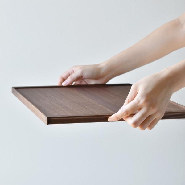 正面からは見えない手掛かりは、一枚のトレイとしての佇まいを損ねません。