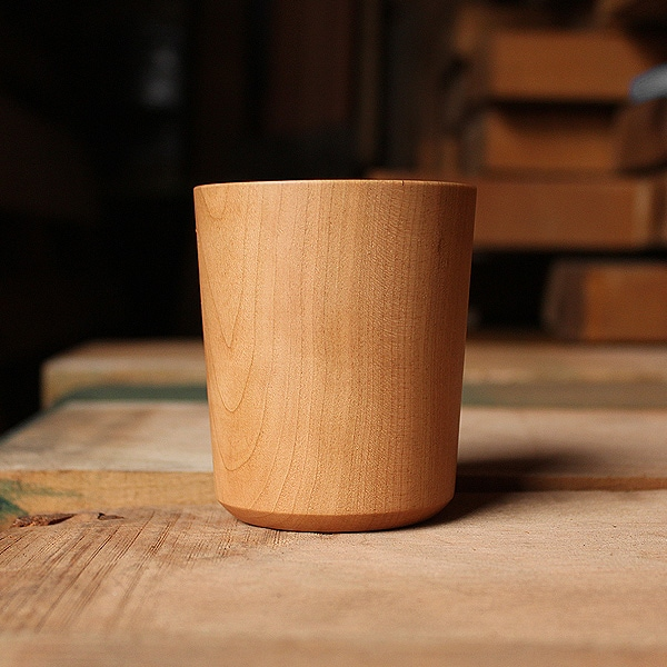 チェリーの丸太をじっくりと時間をかけ乾燥させた後、熟練の木地職人が一つひとつ丁寧に磨いて作った逸品です。