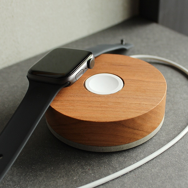 バンドタイプのアップルウォッチにおすすめしたい高級木材を削り出して作った木製スタンド。