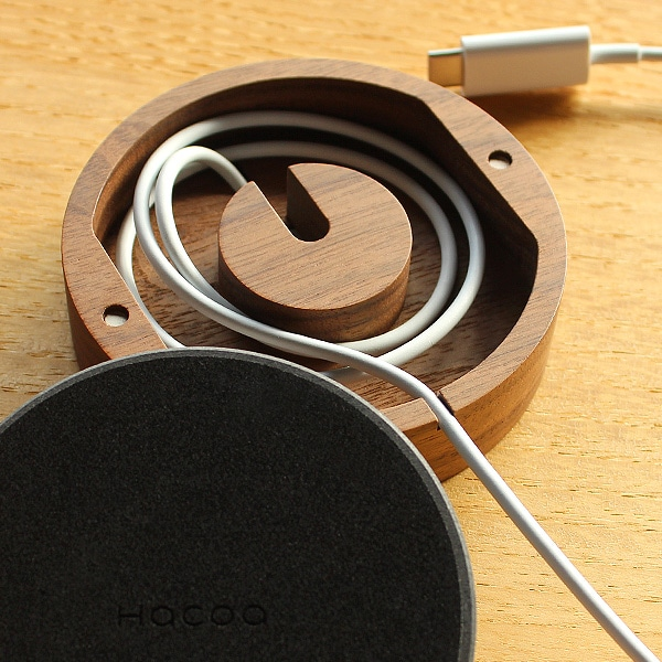 磁気充電ケーブルの長さに応じて調節・収納できる便利なアップルウォッチ用ドックです。