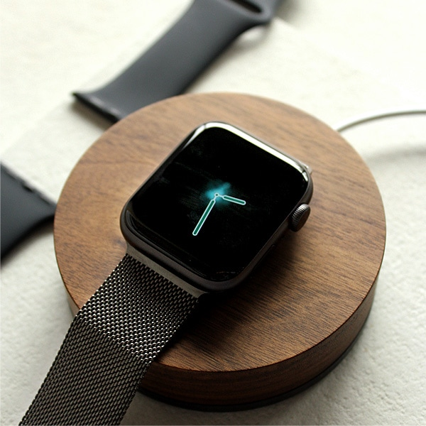 Apple純正のミラネーゼループなどのループタイプバンドでも片側のベルトが外せれば充電可能です。