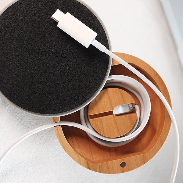 Apple Watch純正の磁気充電ケーブル(USB-Aタイプ/USB-Cタイプ)に対応、裏面には滑り止めのマットをご用意。