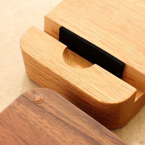 付属のクッションによって様々なスマホ・タブレットに対応可能な木製ホルダー