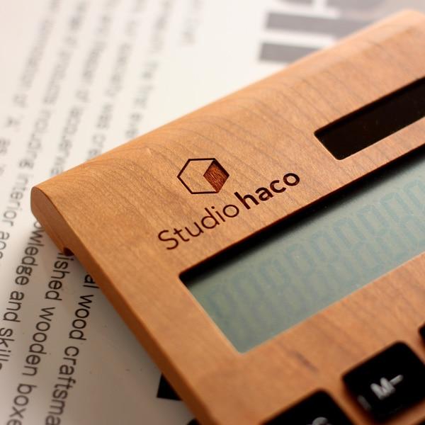 レーザー刻印で木製ソーラー電卓に名入れ・ショップ名などを刻印する事ができます