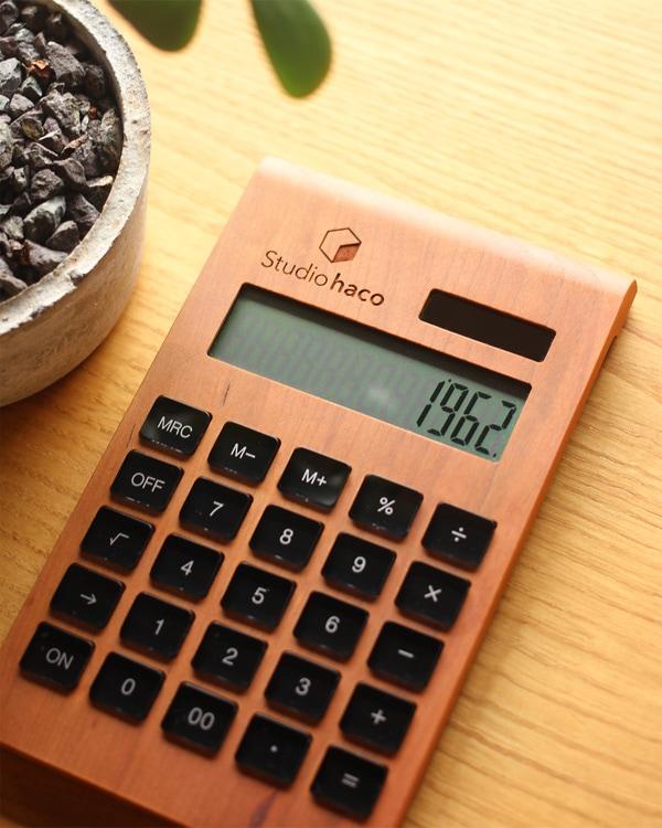 【レーザー刻印代込】会社やショップのロゴを刻印。オリジナルの備品や記念品に適した、12桁表示の木製ソーラー電卓