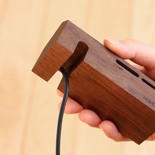 家の形をした北欧風の木製カードリーダー