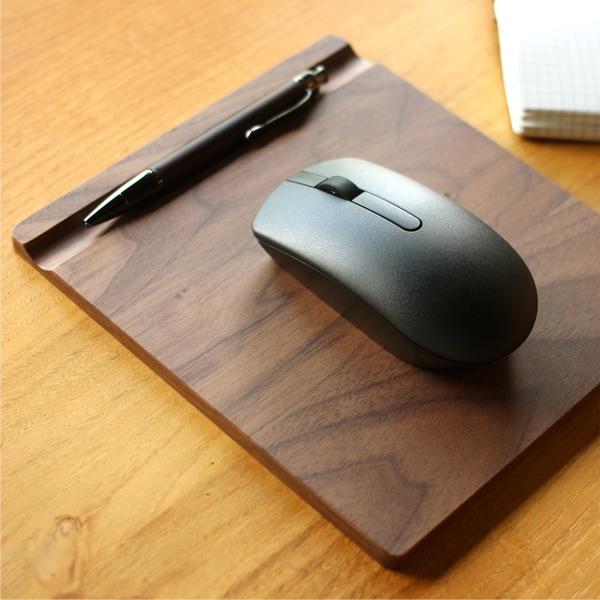 マウスパッド裏面の溝はペントレイとしてもご利用いただけます。