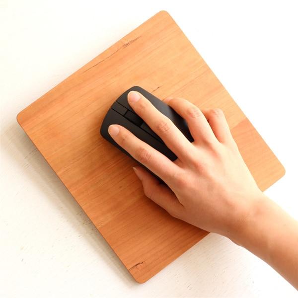 いつも手が触れているマウスパッドだからかわいい木製のものを