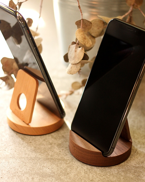 様々なスマートフォンや小型タブレットにも使える汎用性高い木製スマートフォンスタンド