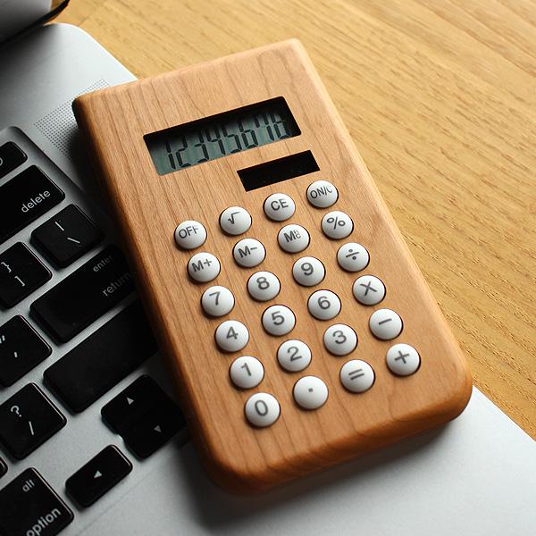 丸みのあるかわいい木製ソーラー電卓