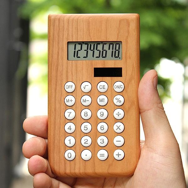 職人が無垢材を削り出して作った高級感漂う木製電卓。