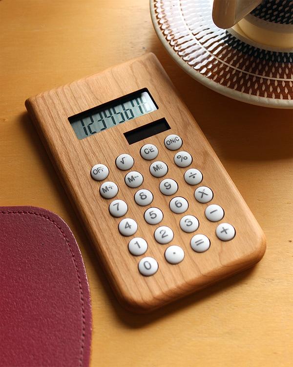 使う程に手に馴染むかわいい木製ソーラー電卓