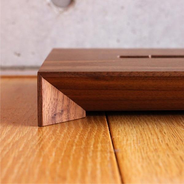 職人の業が光るエッジの効いたデザイン。Xperia専用木製スマートフォンステーション