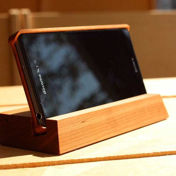 スマートフォンで動画・ホームページなどを見る時にスタンドに立てておくと便利です。