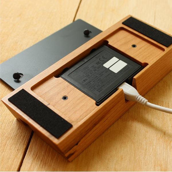 Hacoaの木製スマートフォンケースをはめた状態でもスタンドに収まります