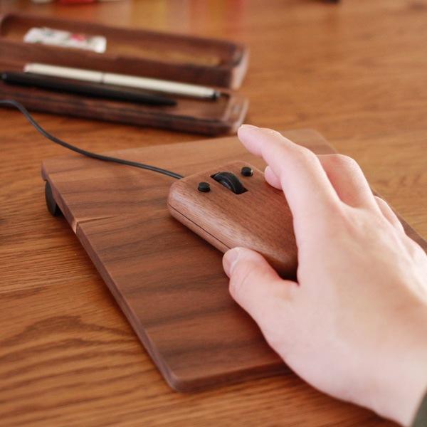 木製のマウスとマウスパッドを揃えて