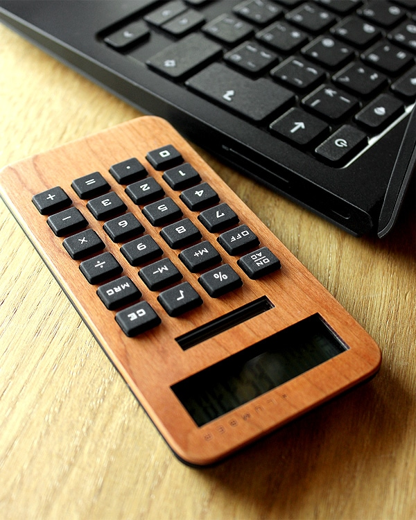 手触りが心地良い、小型の木製ソーラー電卓「SOLAR POWERED CALCULATOR MINI 2」