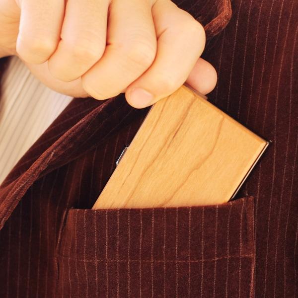 コンパクトサイズで持ち運びも便利な木製名刺入れ