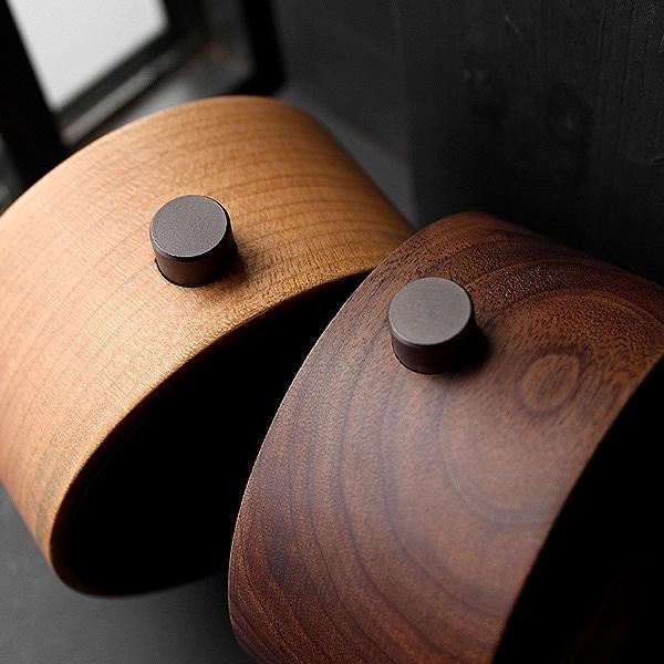 重厚感ある肉厚のチェリー・ウォールナットを使用、時と共に風合い増す本物の木の時計をお楽しみください。