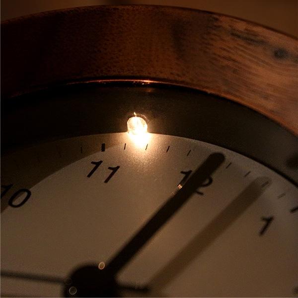 ボタンを押すとライトが点灯、就寝時などの暗い部屋でも時刻確認することができます。