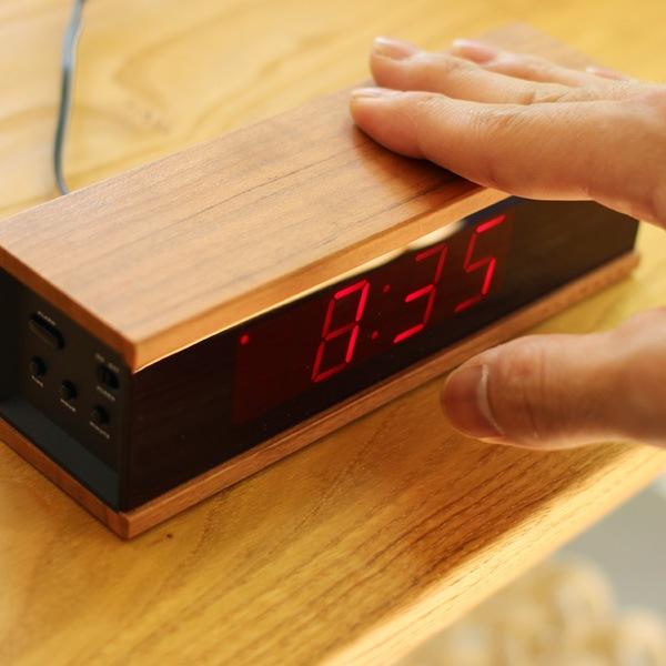 本体を押すだけでアラームを一時停止、スヌーズ機能が作動するシンプル操作のアラームクロック