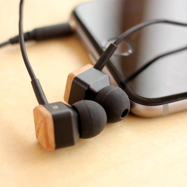 iPhoneやスマートフォンで音楽を楽しむ木製イヤフォン