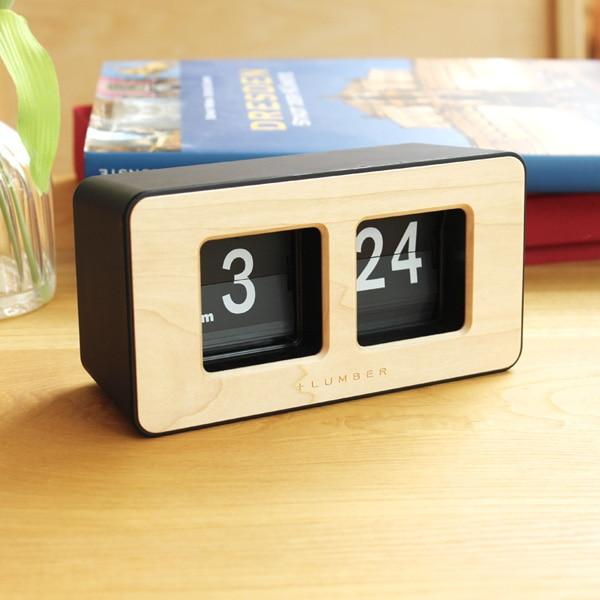 シンプルで大きな文字盤に木材が相性良く馴染むおしゃれなフリップ時計