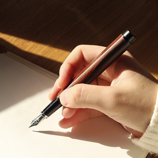 なめらかな書き心地の万年筆は使い込む程に艶が増し、手に馴染みます。